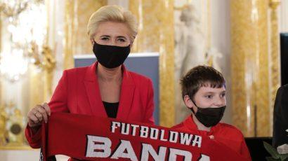 Pudelek: Uzbrojona w maseczkę i rękawiczki Agata Duda przemawia na gali Lodołamacze 2020